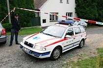 Tragédie v Tymákově na jižním Plzeňsku: mrtvé manžele našel přímo v jejich domě syn.