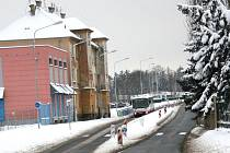 Dobřanská silnice už je připravena k provozu, ale zatím zde může jezdit jen městská hromadná doprava. Čeká se na vyjádření úředníků