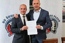 Josef Bernard, člen dozorčí rady Škoda Transportation (vpravo), spolu s generálním manažerem hokejového klubu Martinem Strakou pózují po podpisu nové smlouvy.