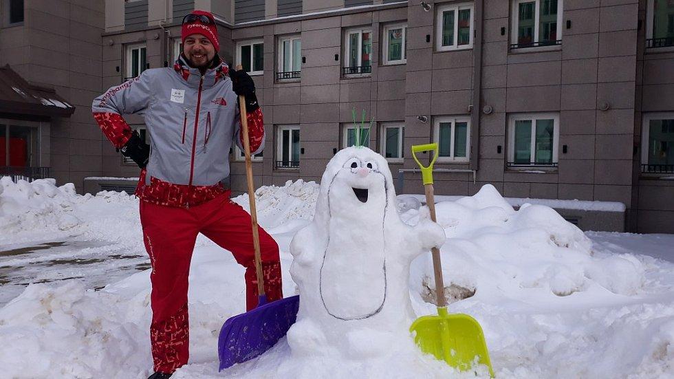 Marek Čech zůstal v jihokorejského Pchjongčchangu také na paralympiádu. Protože začalo sněžit, je potřeba odklízet sníh. V české vesnici nechyběl ani postava pohádkového Krtečka.