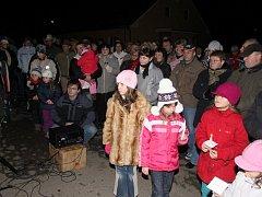 Rozsvícení vánočního stromu patří v Dolní Bělé mezi nejoblíbenější akce. Na to poslední se přišla podívat skoro polovina obce