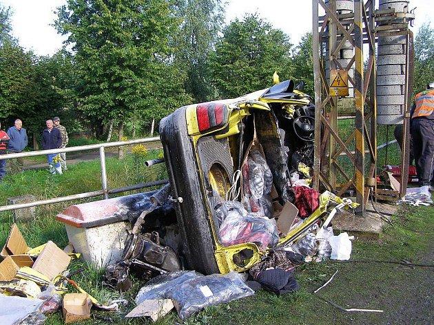 Nehoda na železničním přejezdu u stanice Přeštice-zastávka. Řidič auta na místě zemřel, spolujezdce transportoval vrtulník s těžkými poraněními do nemocnice