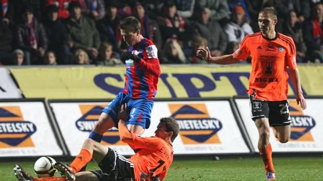 Fotbalisté Viktorie porazili v neděli pozdě večer dosavadního lídra Gambrinus ligy Olomouc 3:0