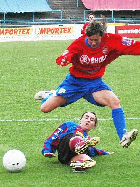 Romana Mikysková z Viktorie Plzeň přeskakuje ležící soupeřku ze Sokola Stará Lysá v sobotním utkání první fotbalové ligy žen.