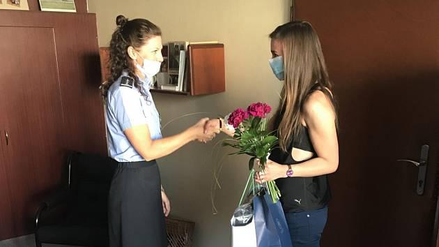 Policisté poděkovali dívce za záchranu života.