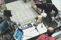 Maskovaný lupič s kudlou v ruce přepadl pumpu. Prodavač se bránil nožem