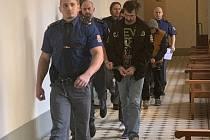 Soud se 44letým mužem ze Sokolovska a jeho třemi syny