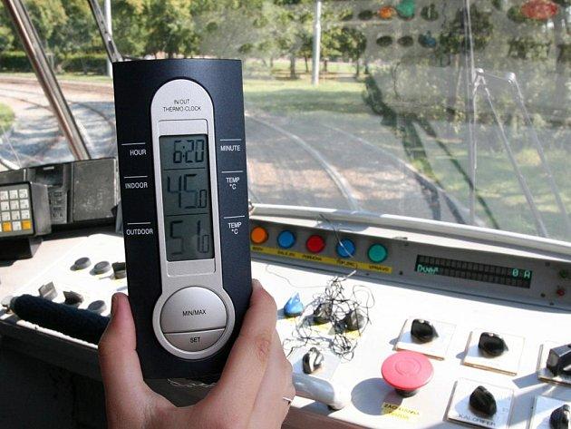 V kabině řidiče tramvaje bývá v největších vedrech i přes 50°C. Včera jsme je naměřili v půl čtvrté odpoledne, kdy teploty kulminují. Řidiči ale upozorňují, že mezi konečnými bývá v kabině i 60 stupňů