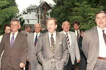 Setkání v Meidtační zahradě. Bývalý plzeňský primátor Zdeněk Prosek (vpravo) doprovázel Václava Havla i do meditační zahrady, kam tehdejšího prezidenta pozval její zakladatel, již také zesnulý Luboš Hruška