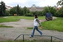 Pohled na budovu Církevního gymnázia přes park na Mikulášském náměstí