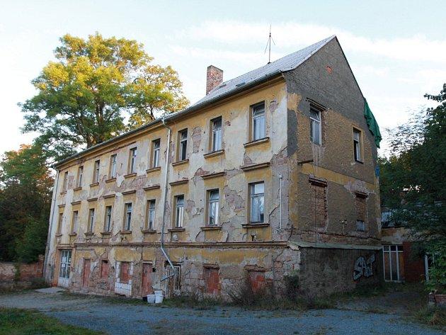 Dům na Karlovarské č. p. 49, který Miloslav Zeman ho před devíti lety vyměnil s městem za jiné domy v hodnotě dvou desítek milionů korun. Následně se ukázalo, že městu je Zemanův dům k ničemu, protože nová silnice plánovaná na zdejších pozemcích se stavět