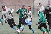 Fotbalisté Holýšova (v bílých dresech) porazili v sobotním utkání 4. kola memoriálu Josefa Ibermajera na hřišti v Doubravce tým Chlumčan 5:3