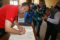 Pavel Horváth při podpisu do pamětní knihy