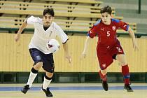 Reprezentant do 19 let Dušan Künstner (vpravo) svádí souboj s italským protihráčem. Futsalista Interobalu Plzeň si vystoupení před domácím publikem představoval jinak.