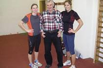 Trenér AK Škoda Plzeň Konstantin Gemov se dvěma ze svých svěřenkyň, tyčkařkou Ivou Brandovou (vlevo) a výškařkou Alenou Procházkovou