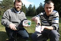 Václav Kohout (vlevo) a František Slípka při odlovení jedné z keší ukrytých v  Borském parku. Hledání tajemných schránek je pro ně hlavně zábavou a relaxací