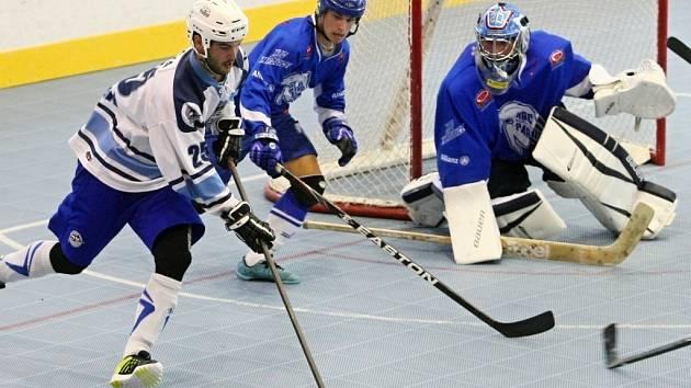 Hokejbalisté HBC Plzeň prohráli v Pardubicích 1:2 po samostatných stříleních. Na snímku se snaží dostat do střelecké pozice plzeňský Michal Průcha (vlevo).