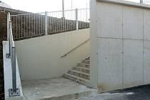 Pod schody u nových zastávek v Malostranské ulici se po každém dešti drží voda, beton už je rozpraskaný