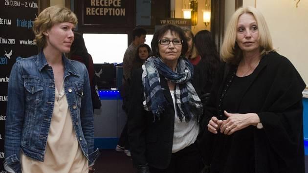 Zpěvačka Marta Kubišová (uprostřed) uvedla spolu s režisérkou Olgou Sommerovou (vpravo) dokument Magický hlas rebelky. Na snímku po příjezdu do Měšťanské besedy s výkonnou ředitelkou Finále Plzeň Evou Veruňkovou Košařovou