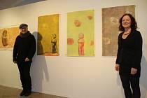 Radek Wohlmuth, kurátor výstavy, a Zuzana Motlová, ředitelka Galerie města Plzně, u děl s názvem Vlčí máky na výstavě Šárka Trčková – Tajemství kruhu, která je v městské galerii k vidění do 26. ledna. Šárka Trčková je v kruhovém výřezu.