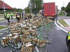 Nehoda v Nepomuku, při které se z kamionu vysypaly tisíce lahví piva na silnici