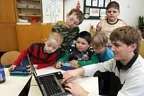Postava znakující dívky v počítači může neslyšícím hodně pomoci při vnímání textu.