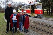 Tříkrálová tramvaj jezdila Plzní. Na snímku s emeritním biskupem Františkem Radkovským.