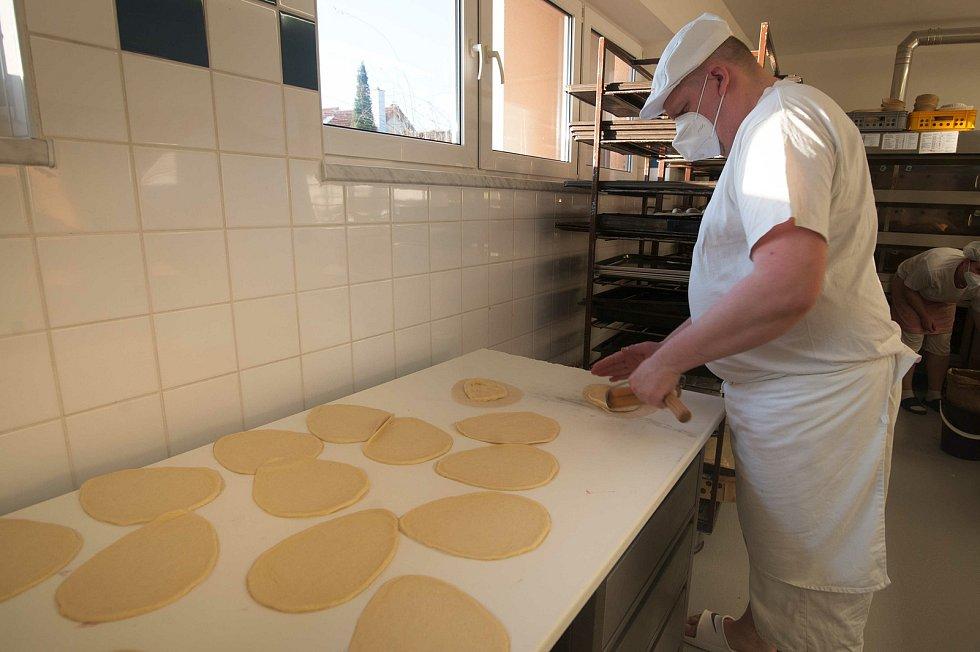 Příprava korpusu pro velikonoční chodské koláče.