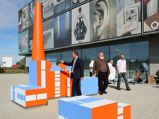 Zvětšená stavebnice Build the Town (Postav si město), která odkazuje na dílo slavného designéra Ladislava Sutnara, stojí  od středy před uměleckou fakultou v Plzni