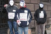 Student Václav Rais (uprostřed) v masce s podobiznou Petra Runda před plzeňskou radnicí.