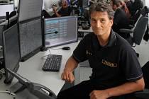 VE SLUŽBĚ. František Špaček, který v současnosti  vede krajské operační a informační středisko hasičů, na srpnové povodně 2002, kdy měl službu,  jen tak nezapomene.