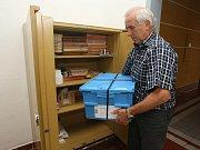 Zástupce ředitele Gymnázia Luďka Pika Václav Turek ukládá zapečetěné materiály ke zkušební státní maturitě do trezoru