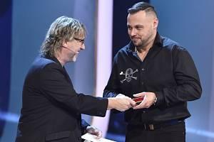 Tomáš Ortel přebírá z rukou Dalibora Jandy ocenění v anketě Český slavík 2016