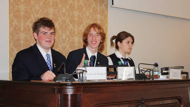 Václav Soukup (vlevo) se během studia na gymnáziu Open Gate začal soutěžně věnovat debatování. Nyní by rád tuto disciplínu rozšířil i na plzeňských školách