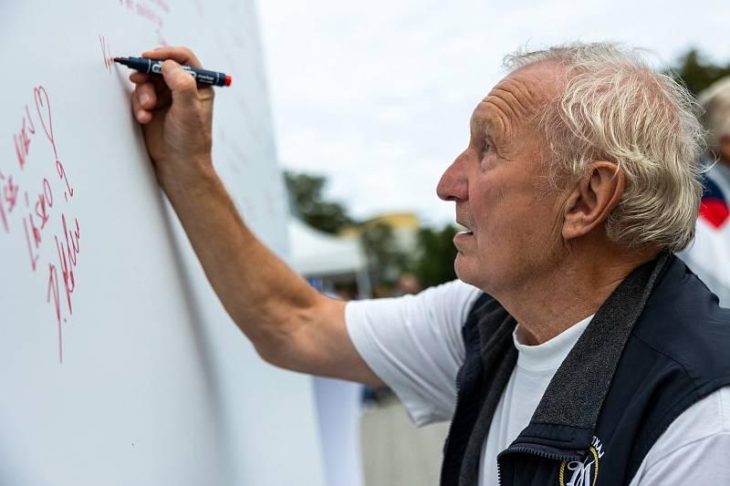 Ivan Bican píše vzkaz klubu.