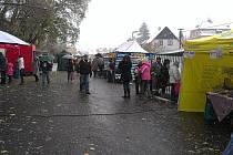 Prostranství u plánského hornického muzea se v sobotu dopoledne opět proměnilo v tržiště.