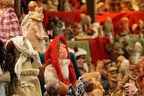 V mázhausu plzeňské radnice je každý rok se rozrůstající betlém, do něhož může postavičkou přispět kdokoliv