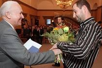 Jan Sojka z Plzně (vpravo) obdržel Cenu Bohumila Polana za básnickou sbírku Směr spánku. K ocenění mu v obřadní síni plzeňské radnice blahopřál i předseda poroty, literární vědec Viktor Viktora.