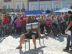 Návštěvníci 1. dobřanského beerfestu se během sobotního odpoledne účastnili různých pivních soutěží. Například Aleš z Nýřan (na snímku) zvedl sud od piva nad hlavu během jedné minuty 96krát a stal se tak vítězem