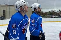 David Kvasnička na snímku vlevo s Lukášem Kaňákem během tréninku na nekrytém ledě v Dobříši.