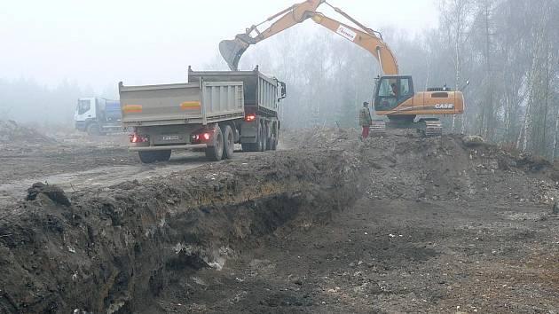Kontaminovanou zeminu odvážejí nákladní vozy. Ilustrační foto