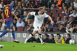 David Limberský proti Barceloně na slaavném Camp Nou.