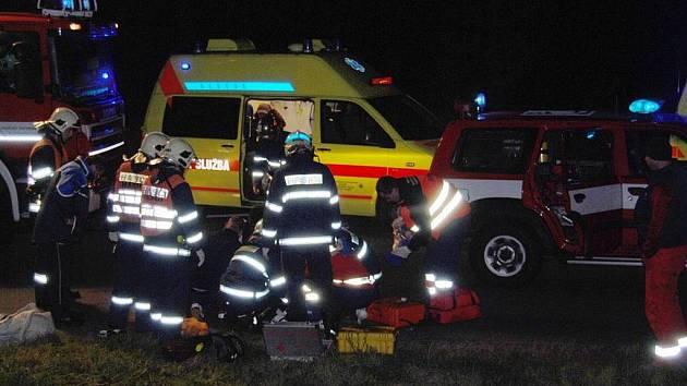 S těžkým zraněním hlavy a končetin byl v sobotu po osmnácté hodině do plzeňské nemocnice transportován mladý řidič motocyklu.