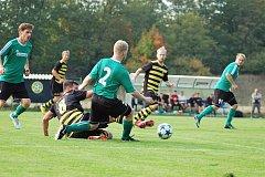 I tento souboj vyšel lépe pro chotíkovské fotbalisty. Na snímku domácí Petr Kučera (ve skluzu) odklízí míč před dotírajícím Janem Klírem z Rokycan (v zeleném dresu).