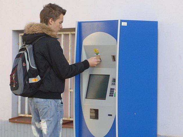 Jeden z nových terminálů na dobíjení Plzeňské karty