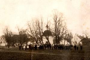 Kaple sv. Vavřince z roku 1829 leží na návsi, která je památkově chráněná. Nachází se na ní cenný soubor staveb lidového klasicismu se zděnými branami a zdobnými průčelími domů a patrových sýpek. Fotografie pochází z první poloviny 20. století.