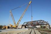 První celosvařovaný ocelový most z roku 1931 snesl speciální autojeřáb na zem. Historický most dlouhý 50 metrů s hmotností asi 170 tun musel ustoupit rekonstrukci železniční trati Plzeň - Domažlice - SRN. Most bude sloužit i dál jako lávka pro cyklisty.