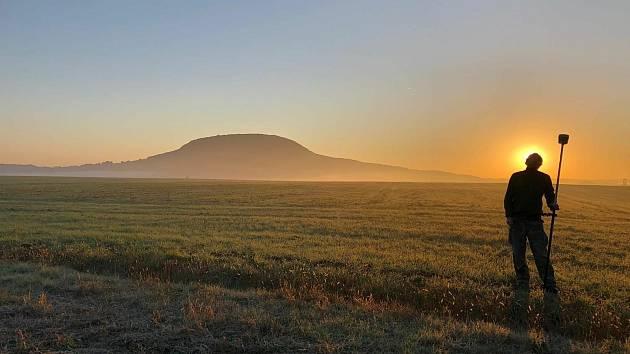 Plzeňští archeologové odkryli pod Řípem dva hroby z doby kamenné.