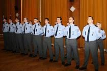 Sedmnáct nových policistů právě skládá slib.