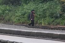 Lidé ve Starém Plzenci si zkracují cestu z vlaku přes koleje